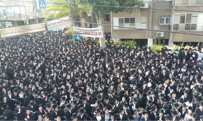 Thousands of Gur hasidim protest 'Arad synagogue desecration'